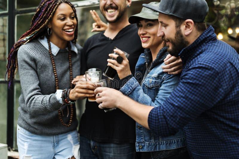 Alkohol för brygd för hantverkölfyllan firar uppfriskning royaltyfria foton