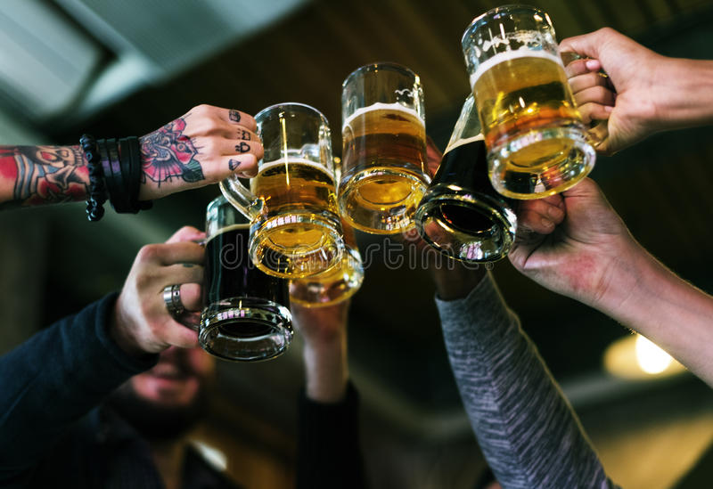 Alkohol för brygd för hantverkölfyllan firar uppfriskning arkivbilder