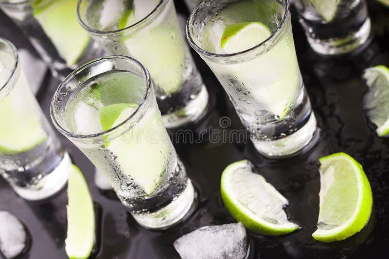 Alkohol med limefrukt coctail stång Ett parti Nattklubb royaltyfri foto