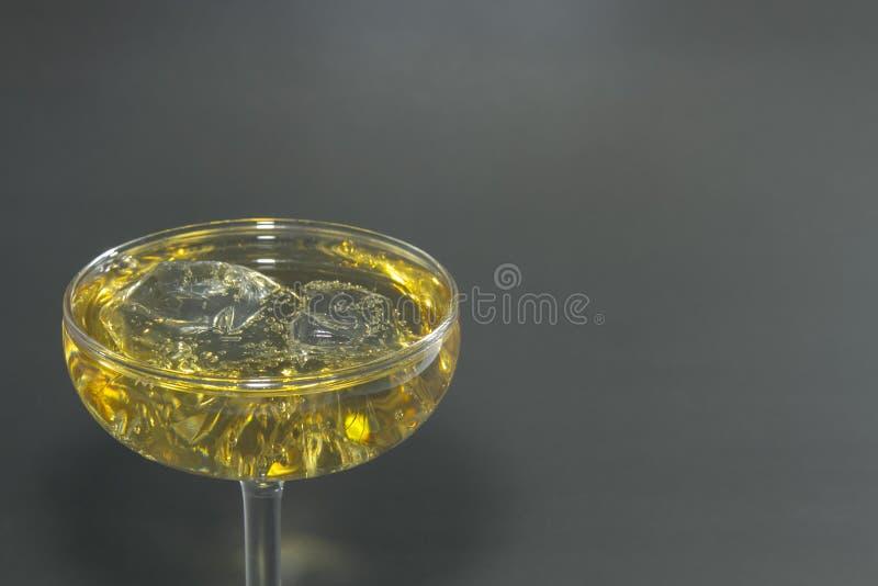Alkohol-Mischungssoda und -eis Auf einem schwarzen Hintergrund stockfotos