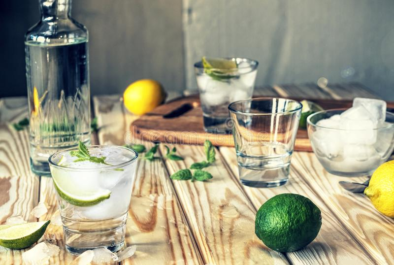 Alkohol Mojito, coctail, mintkaramell, is, skivor, vodka, gin, tequila, rom, slut upp arkivfoto