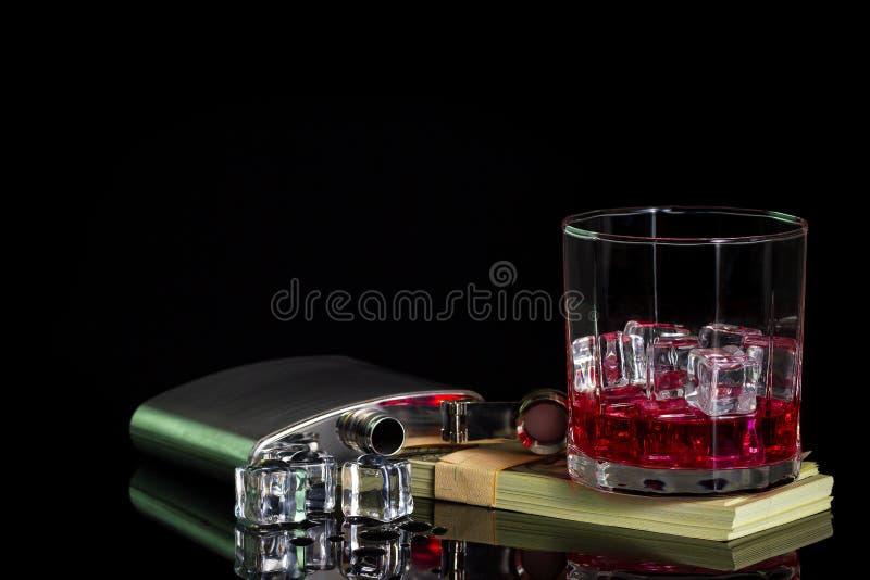 Alkohol och is för rostfritt stålflaskastarksprit på tabellen arkivfoto