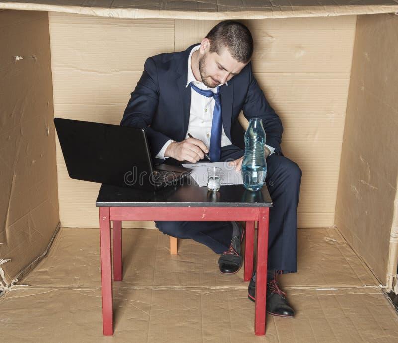 Alkohol på affärsmanskrivbordet fotografering för bildbyråer