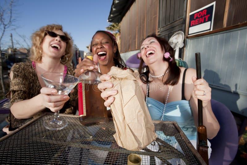 alkohol som dricker tre kvinnor royaltyfri foto
