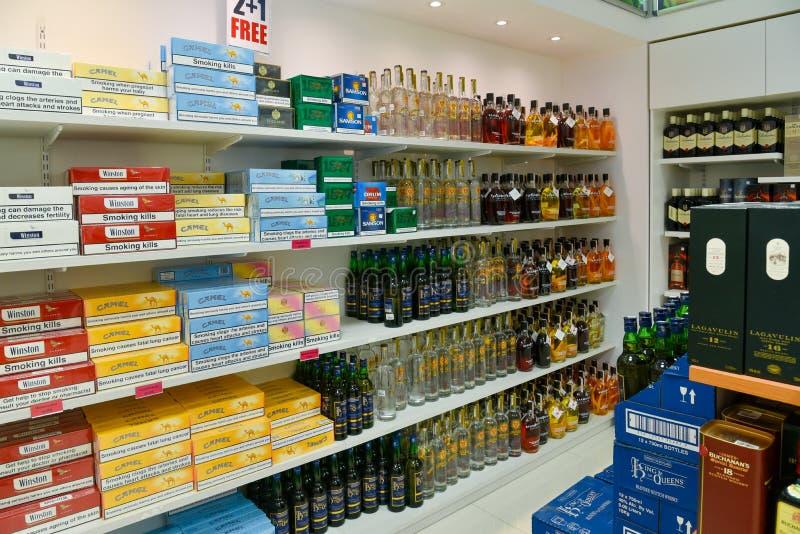 Alkohol und Zigaretten stockbilder