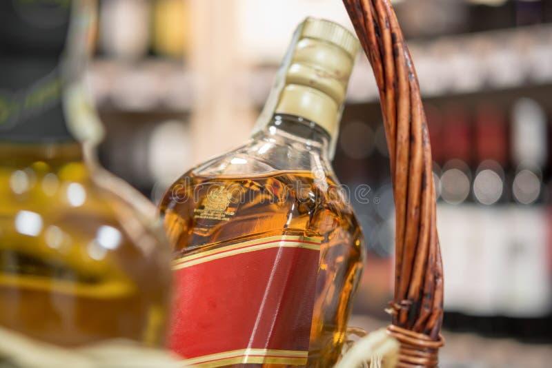 Alkohol w koszu układającym na stole przed zamazanym plecy obraz royalty free