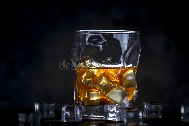 Alkohol w szkle z lodem na ciemnym tle fotografia royalty free