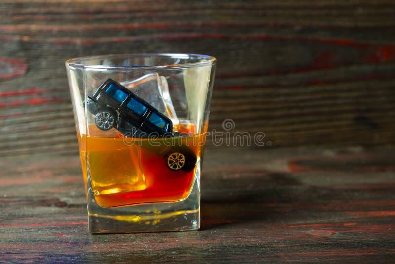 Alkohol za kołem Szkodliwy i niebezpieczny obrazy stock