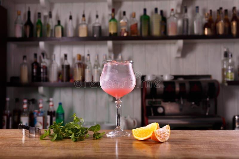 Alkoholbar, Cocktailglas auf Barzähler, Cocktailglas in einer Bar, lizenzfreies stockbild