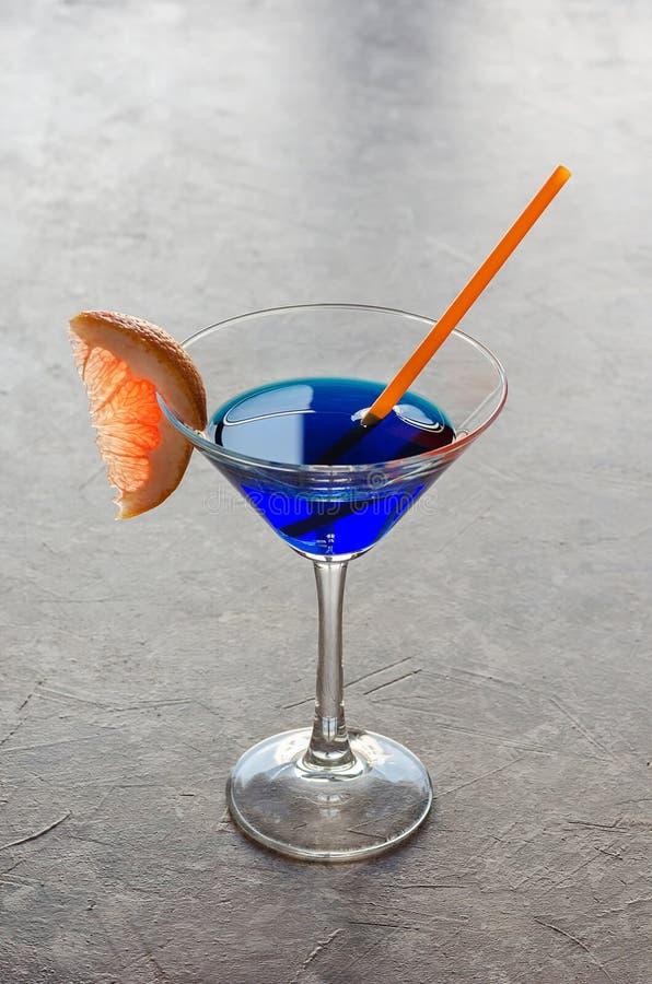 Alkoholcocktail mit blauem Likör lizenzfreie stockbilder