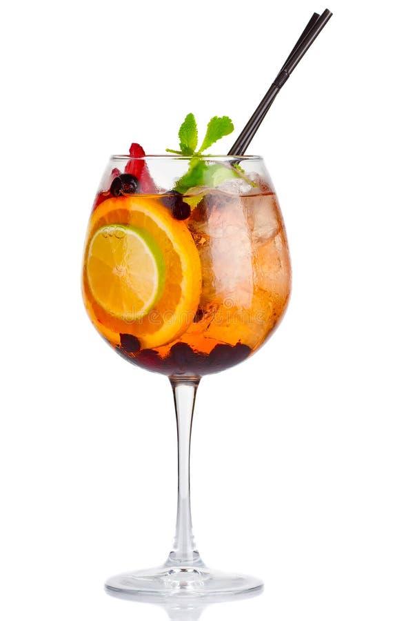 Alkoholcocktail mit frischer Minze und Früchte mischen lokalisiert stockbilder