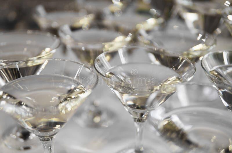 Alkoholcoctailar, martini, vodka och andra på den dekorerade sköta om buketttabellen på händelse eller bröllop för öppen luft royaltyfri foto