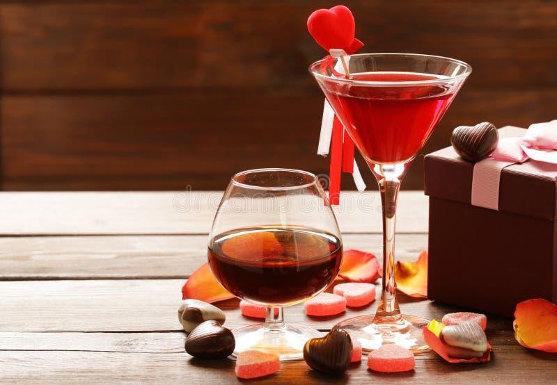 Alkoholdrycker för det festliga partiet Hjärtor för chokladgodis Datum på valentindag arkivbilder