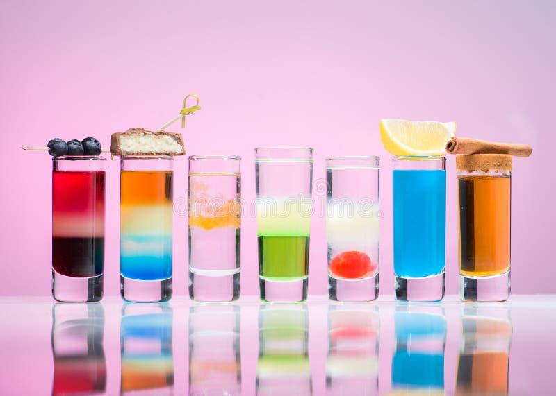 Alkoholdrycker i skottexponeringsglas arkivbild