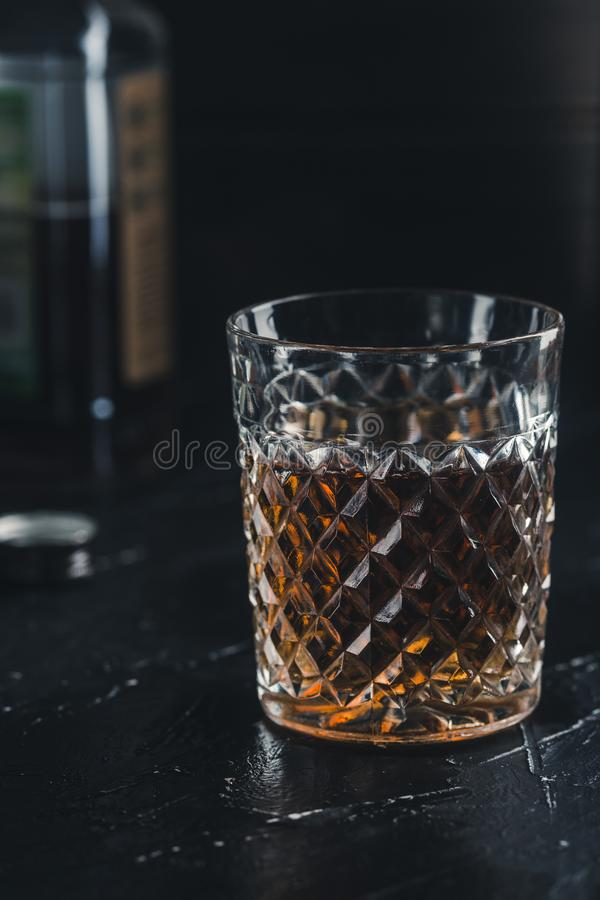 Alkoholdryckwhisky i ett exponeringsglas utan is royaltyfri foto