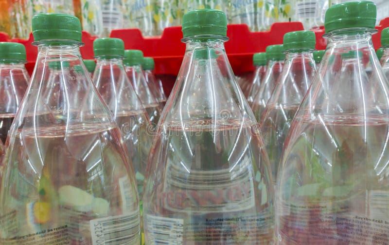 Alkoholfreie Getränke in den Plastikflaschen in einer Reihe für gesunden Lebensstil und frisches transparentes lizenzfreie stockbilder