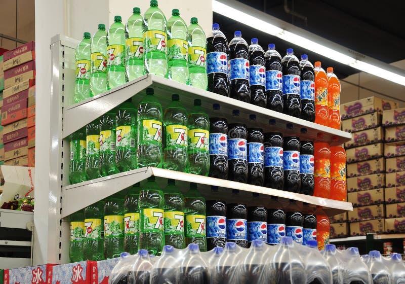 Alkoholfreie Getränke und Getränke im Supermarkt lizenzfreies stockfoto