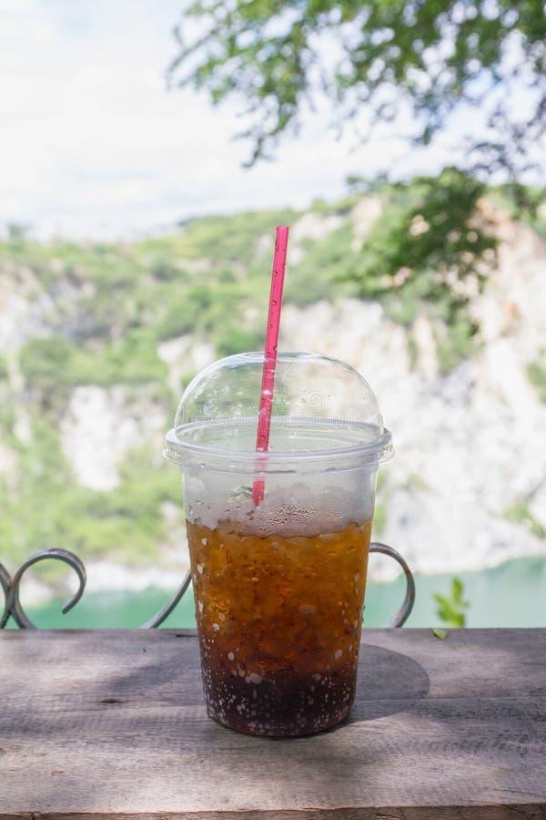 Alkoholfreies Getränk des Kolabaums in der Plastikschale lizenzfreies stockfoto