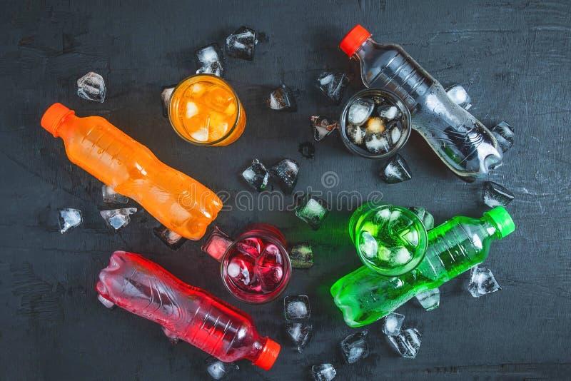Alkoholfreies Getränk und Glas alkoholfreie Getränke auf dem Eis und der Auffrischung lizenzfreies stockfoto