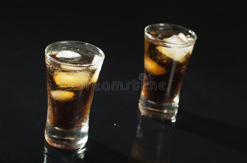Alkoholgetränk coctail mit Eis auf Schwarzem stockbilder