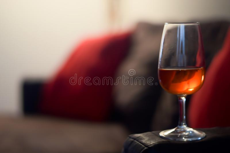 Alkoholglas auf einer Couch lizenzfreie stockfotos