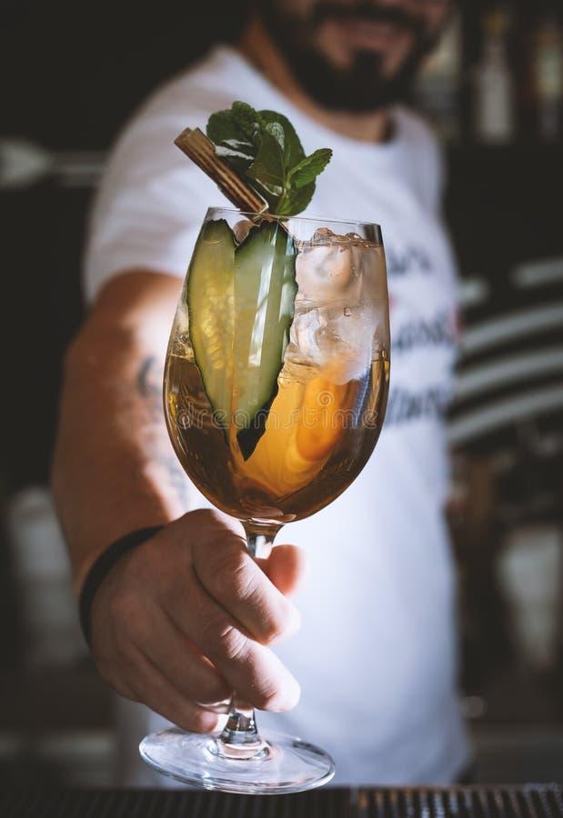 Alkoholiczka, bezalkoholowy napój przy prętowym kontuarem w noc klubie zdjęcia royalty free