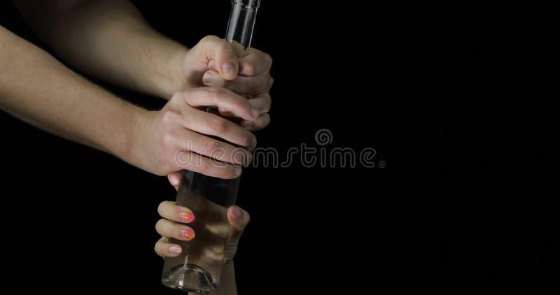 Alkoholiczka bierze ajer?wk? od kobiety r?ki Poj?cie alkoholizm w rodzinie obraz royalty free