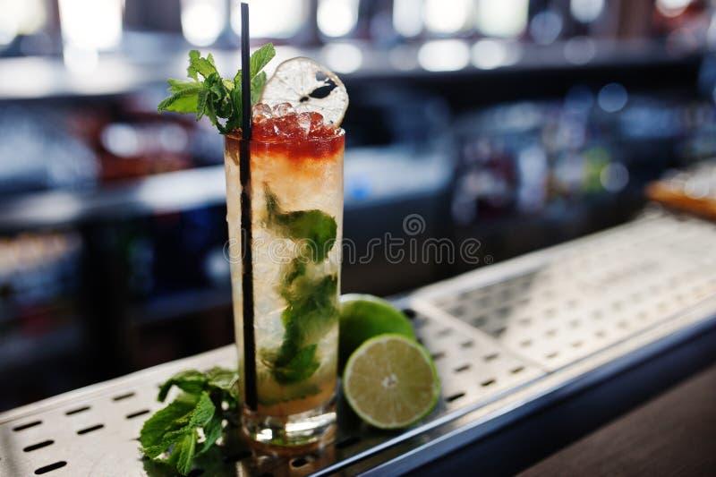 Alkoholiczka długi koktajl z mennicą i wapnem w szkle przy baru stołem obrazy stock