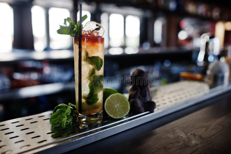 Alkoholiczka długi koktajl z mennicą i wapnem w szkle przy baru stołem zdjęcie stock
