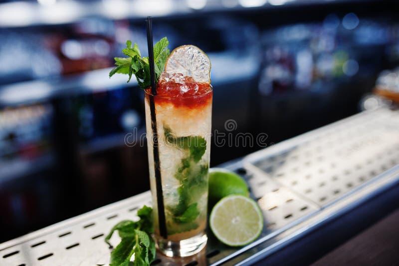 Alkoholiczka długi koktajl z mennicą i wapnem w szkle przy baru stołem zdjęcia stock
