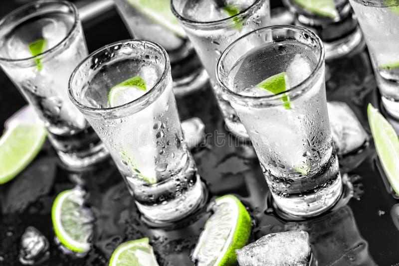 Alkoholiczka, koktajl, wapno, lód, ajerówka, dżin, tequila, czarny backg obrazy stock