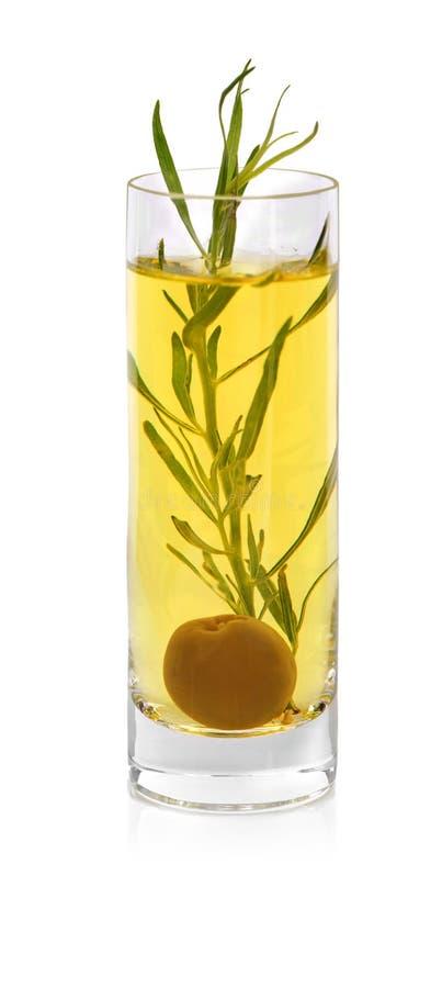 Alkoholiczka strzelająca odizolowywającą na białym tle Żółty koktajl z estragonowymi liśćmi Szkło ziołowy napój z oliwką obrazy stock