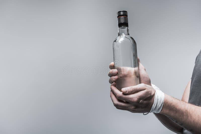 Alkoholiczka uzależnia się od niebezpiecznego ciecza obraz royalty free