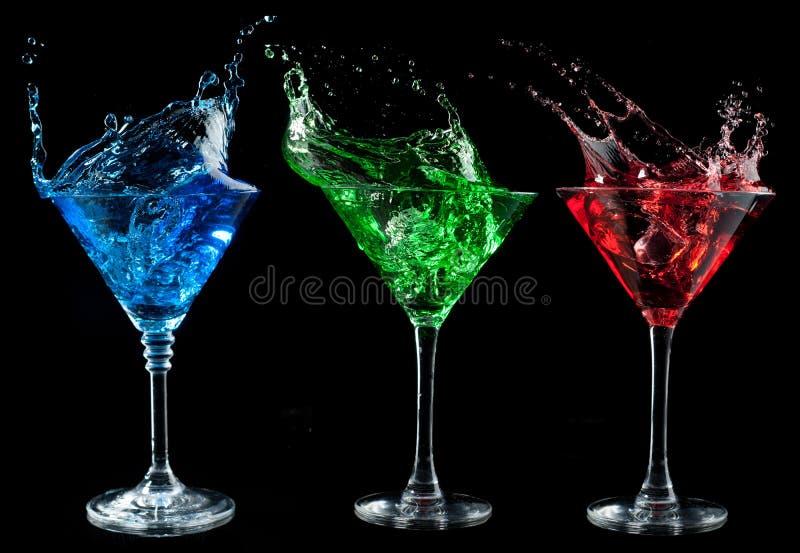 Alkoholiczni koktajle ustawiający - czerwień, zieleń, błękitna. fotografia royalty free