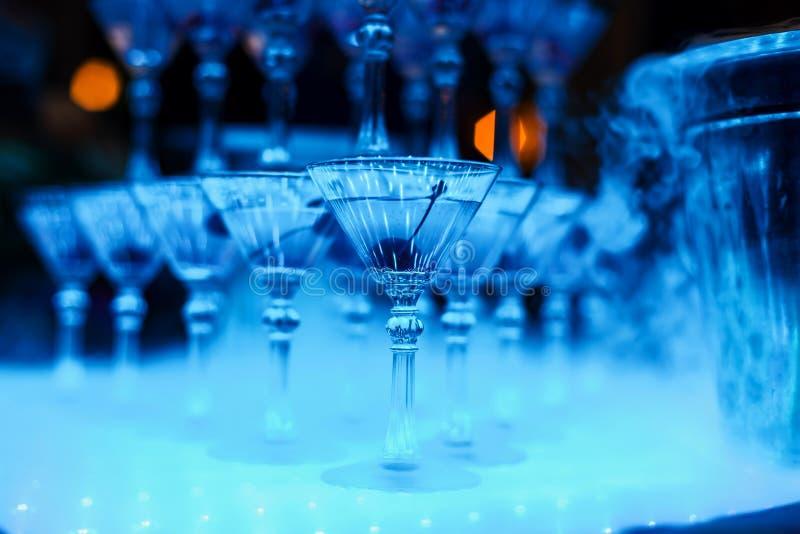 Alkoholiczni koktajli/lów szkła z czereśniowym zakończeniem obraz royalty free