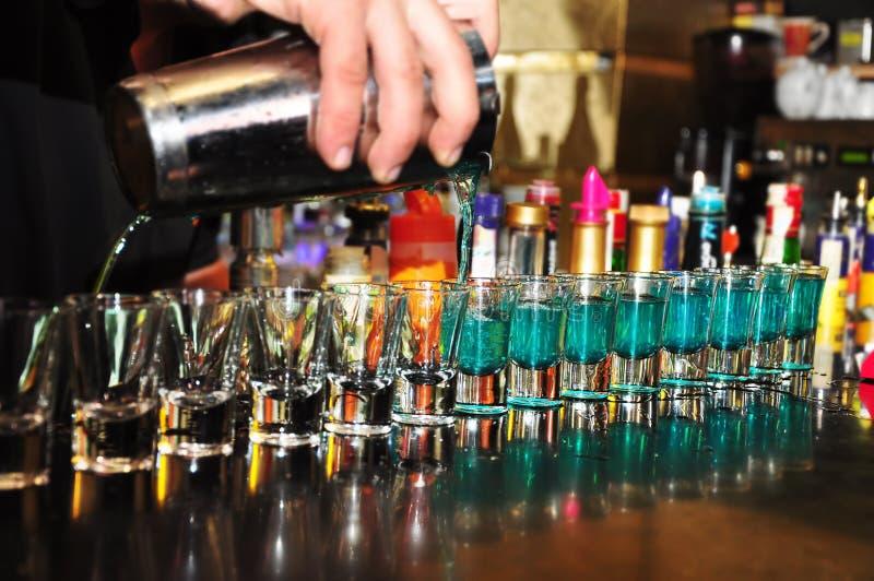 alkoholiczny barmanu napoju dolewanie zdjęcia stock