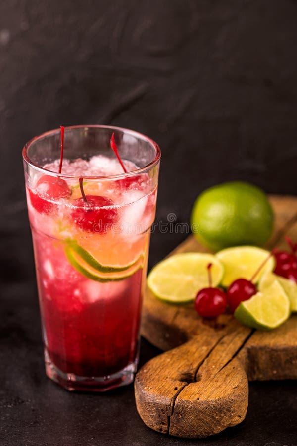 Alkoholiczny koktajl kwaśnej wiśni dżin lub ganeczka śpioszek lemoniada obrazy stock