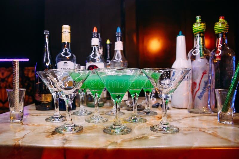 alkoholiczny koktajl z lodem na prętowym kontuarze obrazy stock