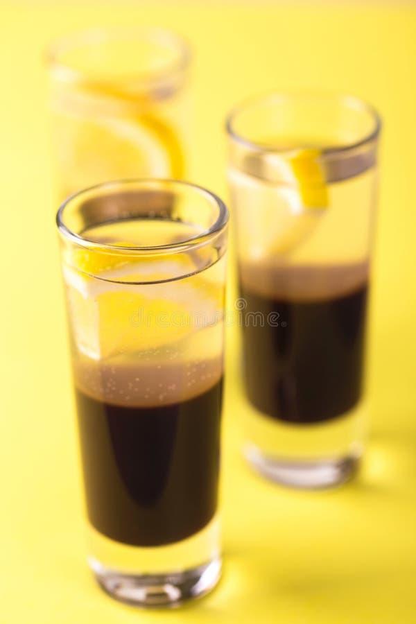 Alkoholiczny koktajlu srebra pocisk z dżinem, kawowym ajerkoniakiem i le, obraz royalty free