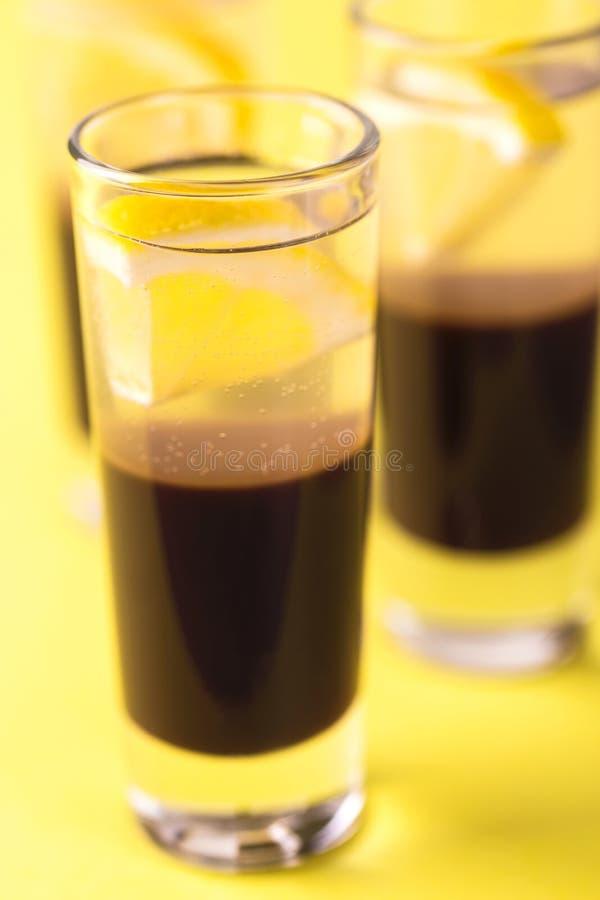 Alkoholiczny koktajlu srebra pocisk z dżinem, kawowym ajerkoniakiem i le, fotografia royalty free