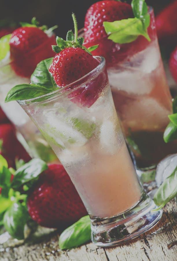 Alkoholiczny koktajlu uczucie z Cachaca, cranberry napój, strawb zdjęcia stock