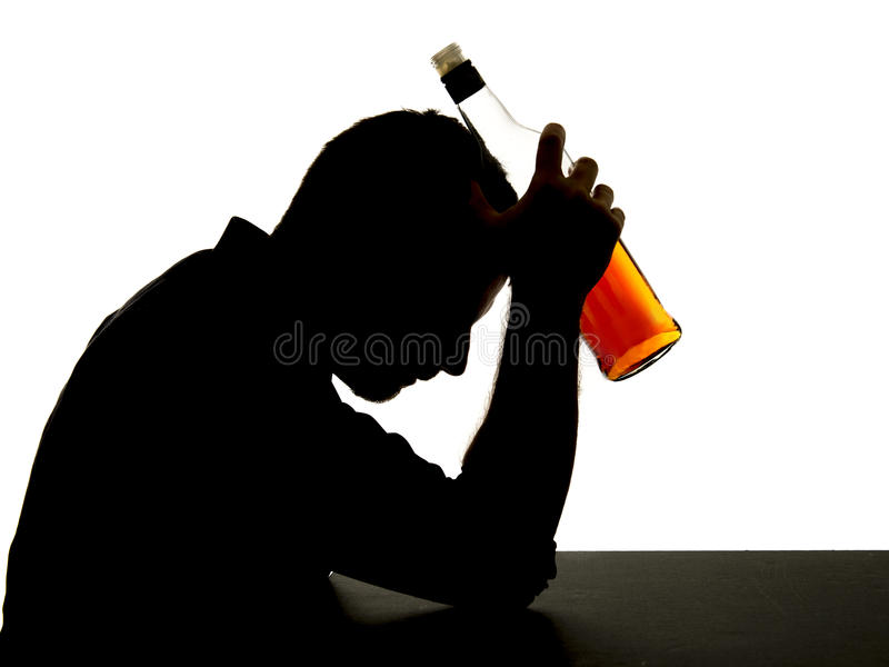 Alkoholiker getrunkener Mann mit Whiskyflasche im Alkoholsuchtschattenbild stockbild