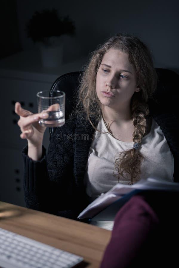 Alkoholiker mit Wodka lizenzfreie stockfotografie