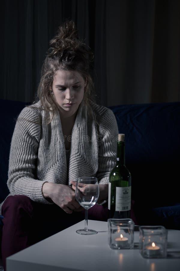 Alkoholische Frau nachts lizenzfreie stockfotos