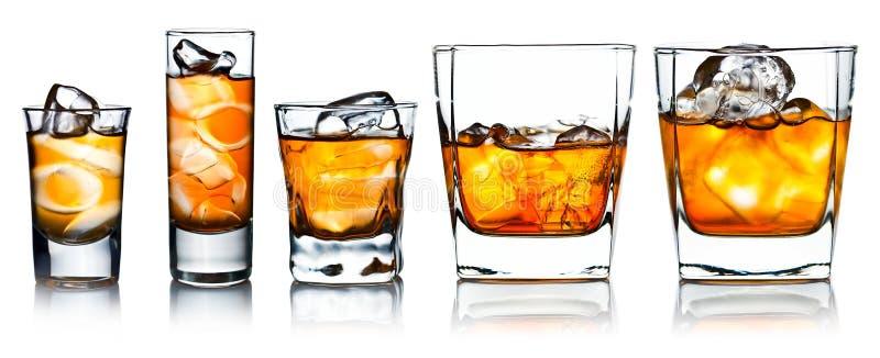 Alkoholische Getränke mit dem natürlichen Eis lokalisiert auf Weiß lizenzfreie stockbilder