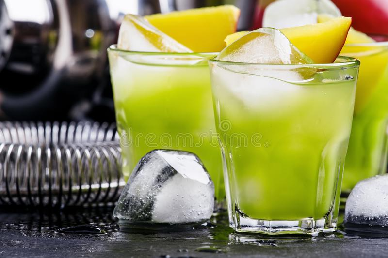 Alkoholischer Cocktail Azteke, mit Goldtequila, blaues Curaçao-liqueu lizenzfreie stockbilder