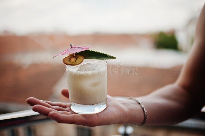 Alkoholiserad coctail i exponeringsglas förestående av bartendern fotografering för bildbyråer