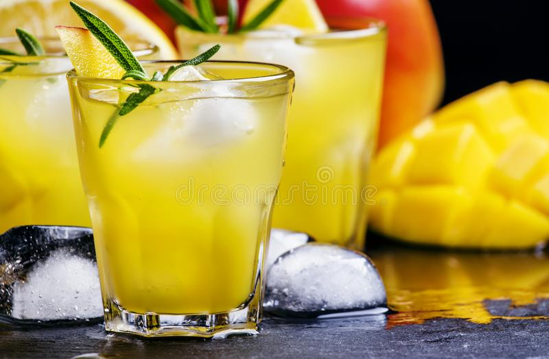 Alkoholiserad coctail, mangorom collins, med sirap, citronjuice, arkivbilder