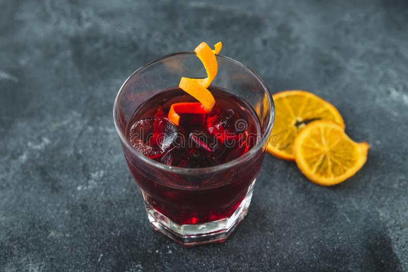 Alkoholiserad coctail med apelsinen Alkoholiserad kall drink i stång royaltyfri fotografi