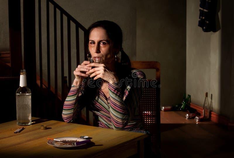 alkoholiserad kvinna arkivfoto